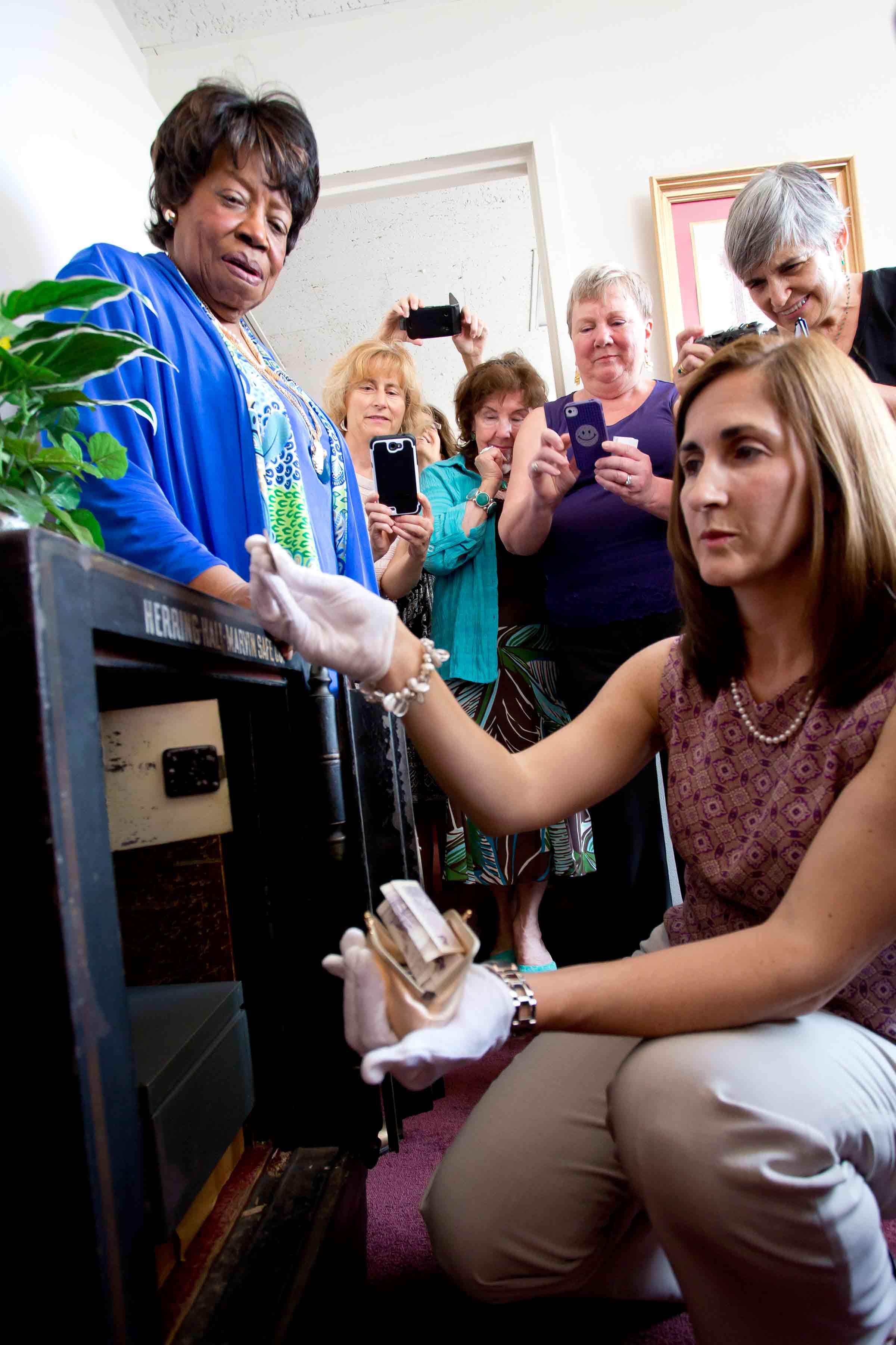 women seek watch kneel front