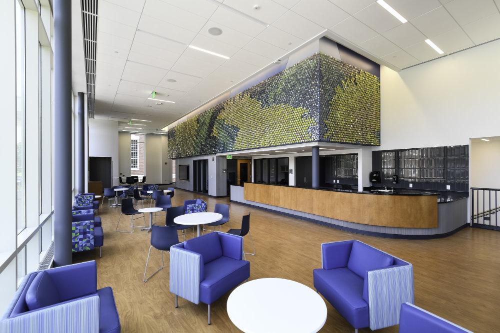 Vista angolata del mosaico murale del dente di leone nell'area della lobby dello Sloan Center.